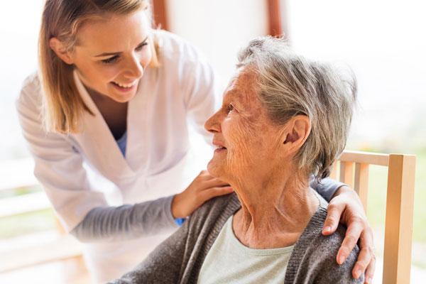 Pflegerin kümmert sich um Patientin