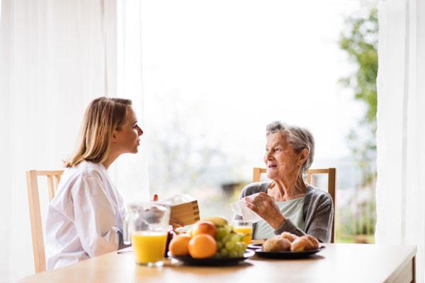 Pflegerin kümmert sich um eine Seniorin