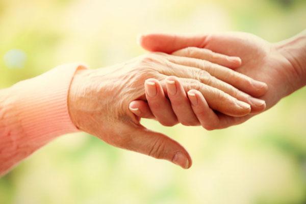 Altenpflege symbolisiert durch helfende Hände
